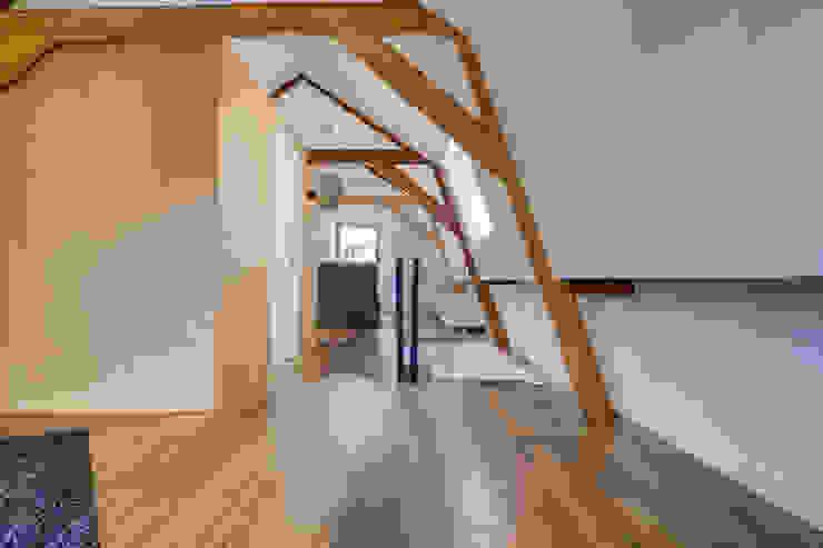 verbouw monument tot 2 appartementen Moderne slaapkamers van CMOarchitect bna Modern