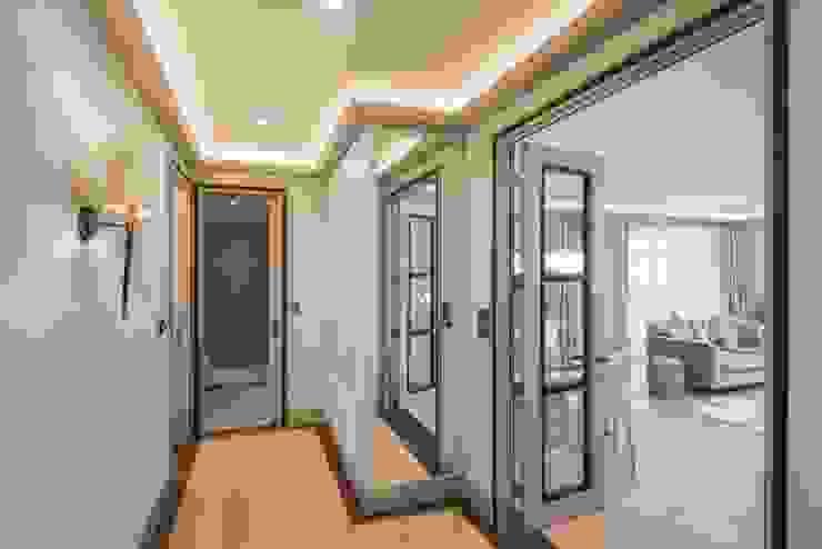 Hall Коридор, прихожая и лестница в модерн стиле от Prestige Architects By Marco Braghiroli Модерн