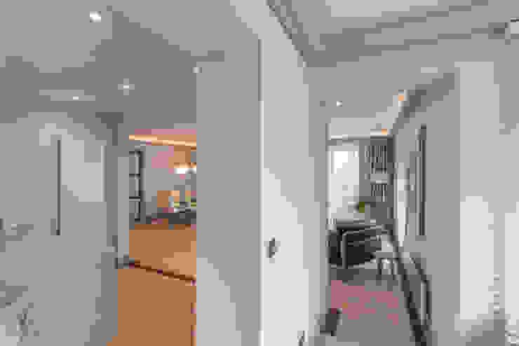 Living room Гостиная в стиле модерн от Prestige Architects By Marco Braghiroli Модерн