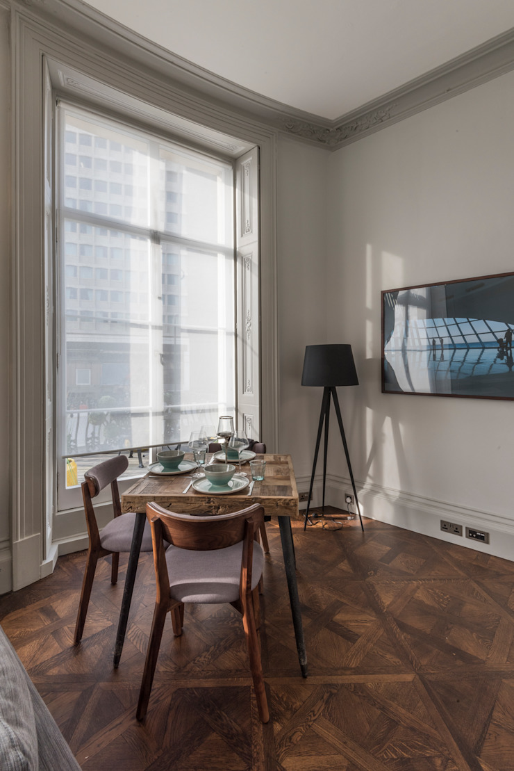 Bachelor Pad – Hyde Park Prestige Architects By Marco Braghiroli Salas de estilo clásico