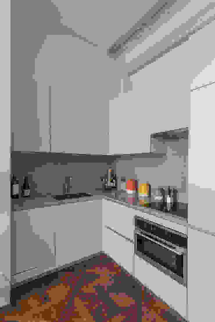 Bachelor Pad – Hyde Park Prestige Architects By Marco Braghiroli Cocinas de estilo clásico