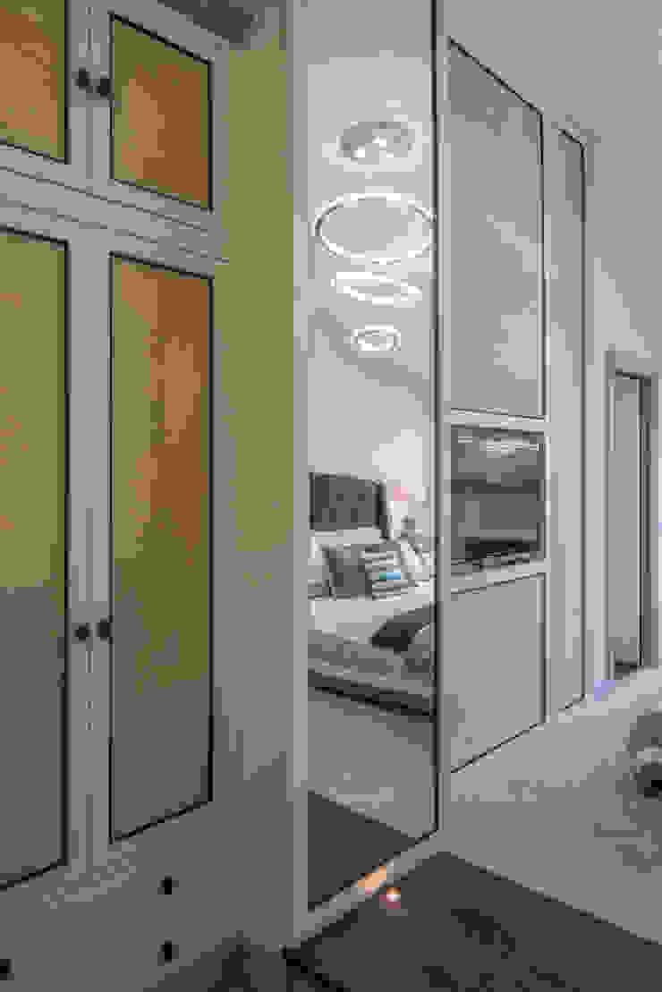 Bachelor Pad – Hyde Park Prestige Architects By Marco Braghiroli Closets de estilo clásico