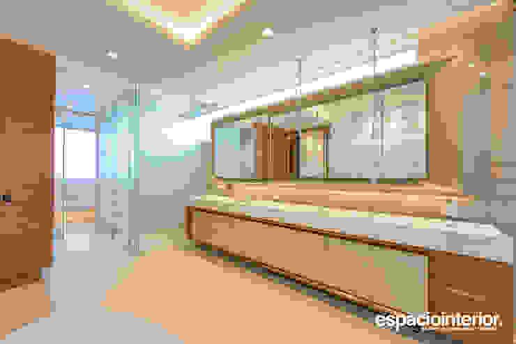 Baño Principal / Master Bathroom EspacioInterior Baños de estilo ecléctico Cerámico Beige