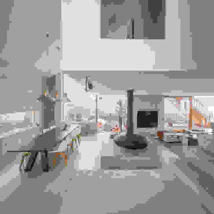 Combinatie van Bang & Olufsen en Loewe Moderne woonkamers van Morelisse Beeld en Geluid Modern