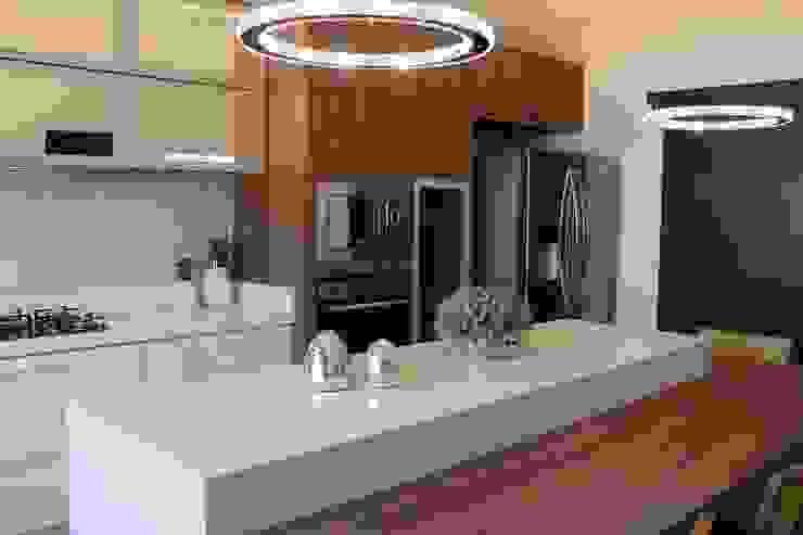 Cuisine intégrée de style  par ISADORA MARTEL interiores, Moderne