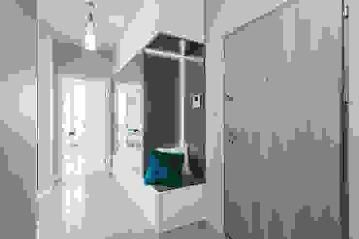 Couloir et hall d'entrée de style  par Gama Design Sp. z o.o., Scandinave