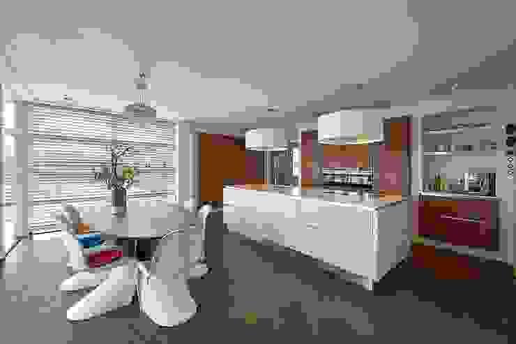 Jaren 30 woning met riet Landelijke keukens van Brand I BBA Architecten Landelijk
