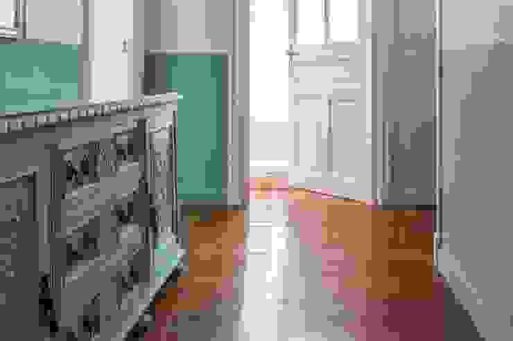Hiruki studio Minimalist corridor, hallway & stairs
