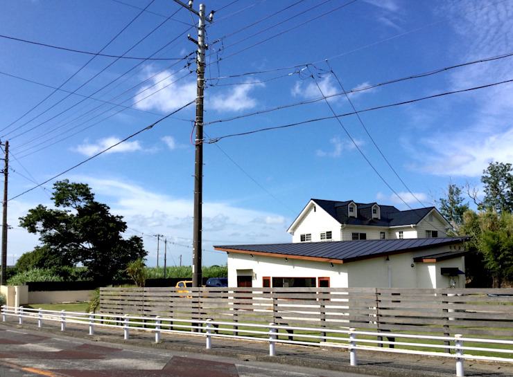 外観ー道路から ラスティックな 家 の tai_tai STUDIO ラスティック