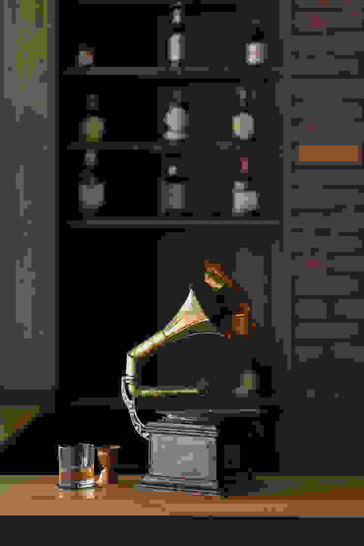 Vitrola y Whisky Galerías y espacios comerciales de estilo rústico de Adrede Diseño Rústico Metal