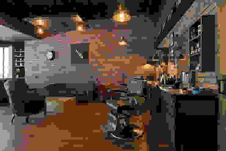 Puestos de trabajo Galerías y espacios comerciales de estilo rústico de Adrede Diseño Rústico Madera Acabado en madera