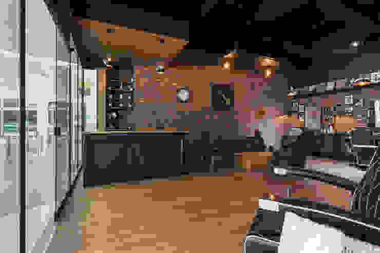 Interior barberia Galerías y espacios comerciales de estilo rústico de Adrede Diseño Rústico Madera Acabado en madera