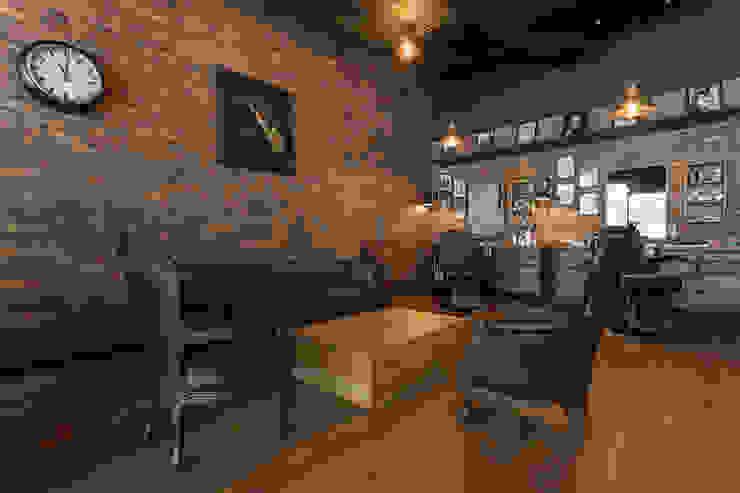 Sala con saxofon Galerías y espacios comerciales de estilo rústico de Adrede Diseño Rústico Madera Acabado en madera