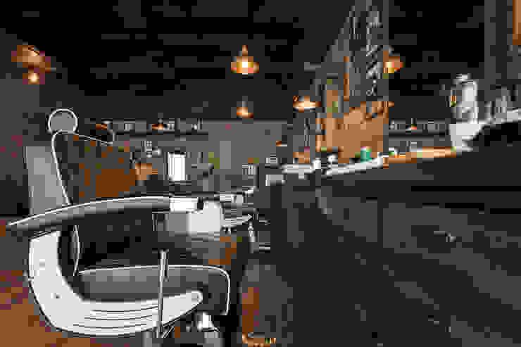 Galerías y espacios comerciales de estilo rústico de Adrede Diseño Rústico Madera Acabado en madera