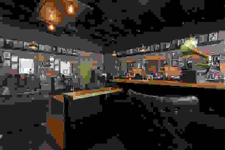 detras del counter Galerías y espacios comerciales de estilo rústico de Adrede Diseño Rústico Madera maciza Multicolor