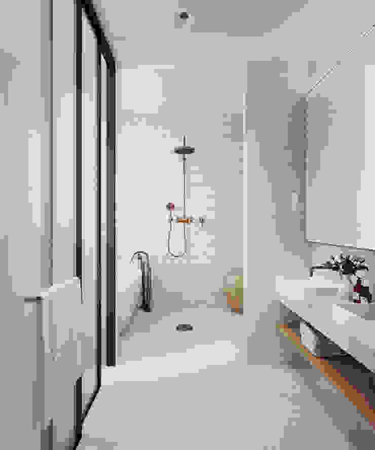 VILLA – VŨNG TÀU Phòng tắm phong cách hiện đại bởi REAL HOME VN Hiện đại
