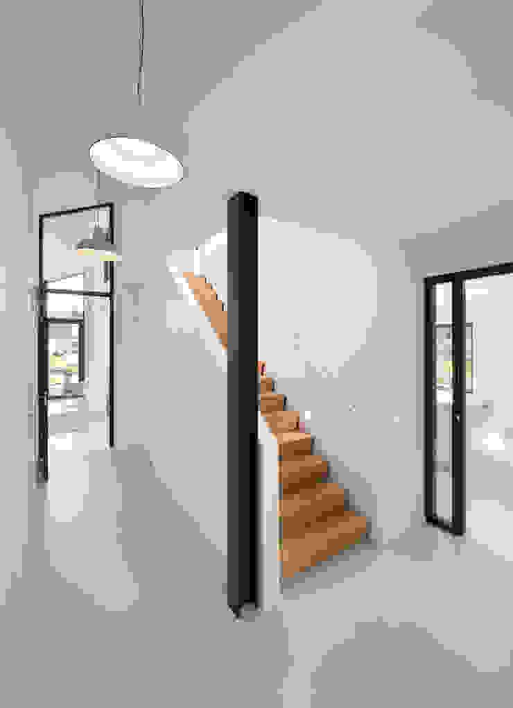 BNLA architecten Pasillos, vestíbulos y escaleras de estilo moderno