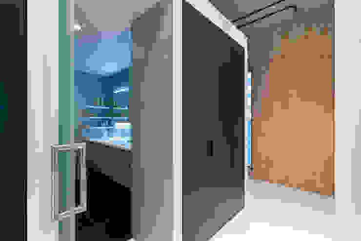 Strak, modern en duurzaam interieur met karakter Moderne badkamers van BNLA architecten Modern