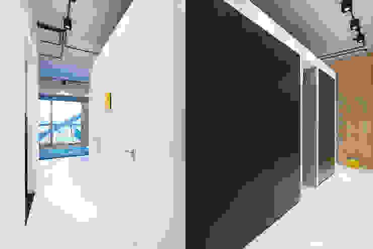 Strak, modern en duurzaam interieur met karakter Moderne kleedkamers van BNLA architecten Modern