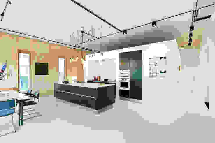 Strak, modern en duurzaam interieur met karakter Moderne keukens van BNLA architecten Modern