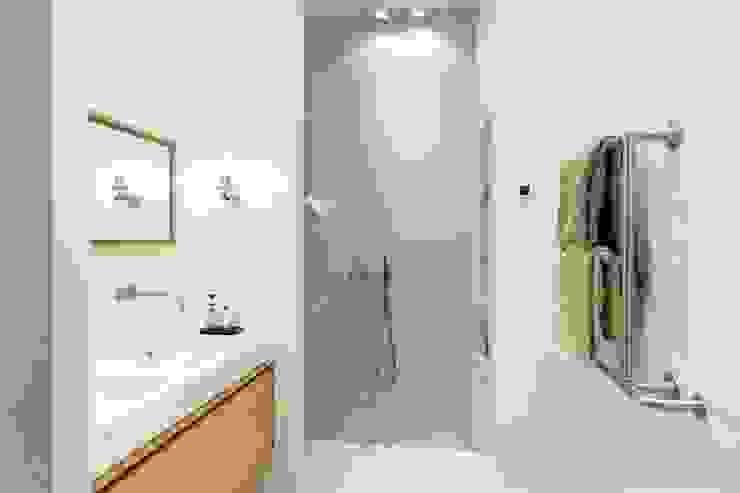 現代浴室設計點子、靈感&圖片 根據 BNLA architecten 現代風