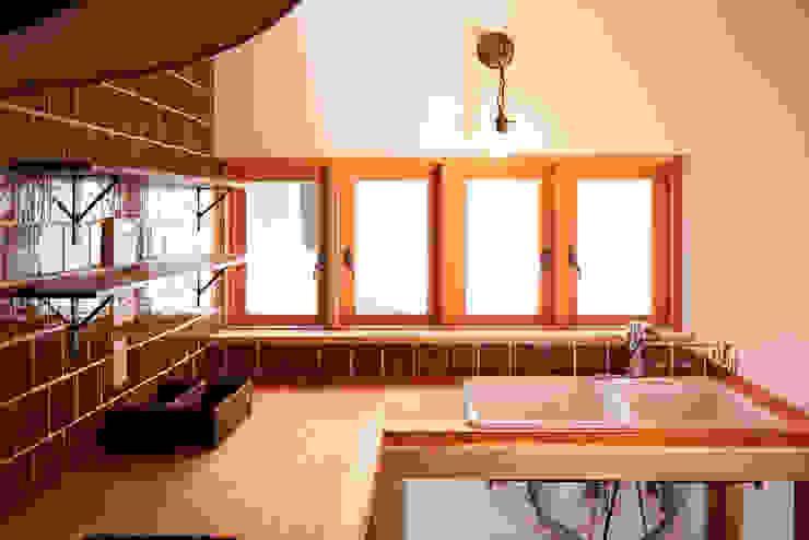 木製サッシと無垢カウンター URBAN GEAR カントリーデザインの キッチン 無垢材 木目調