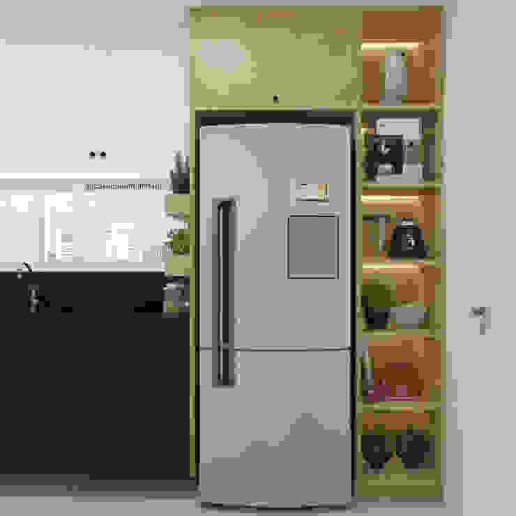 COZINHA | Armário em torre + nichos iluminados + horta + geladeira CASA DUE ARQUITETURA Cozinhas pequenas
