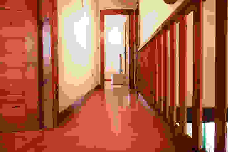 CHALET EN TIOBRE - BETANZOS Pasillos, vestíbulos y escaleras de estilo rústico de MORANDO INMOBILIARIA Rústico