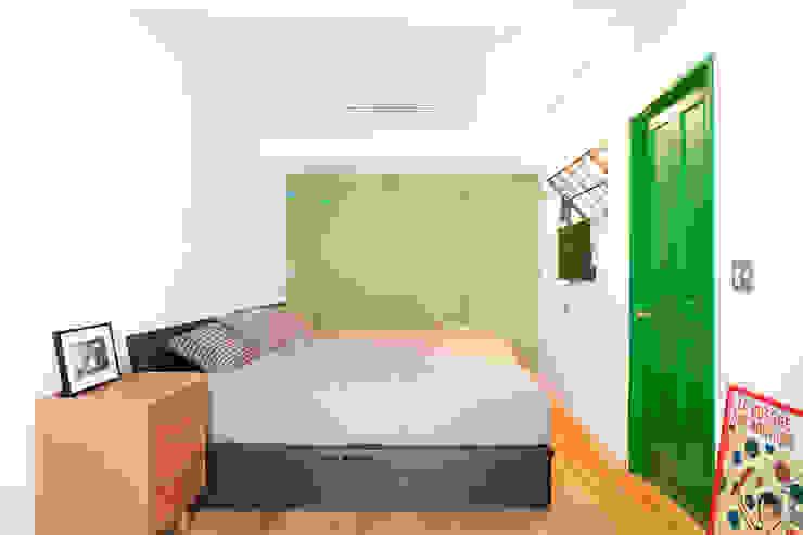 Chambre moderne par 株式会社ブルースタジオ Moderne