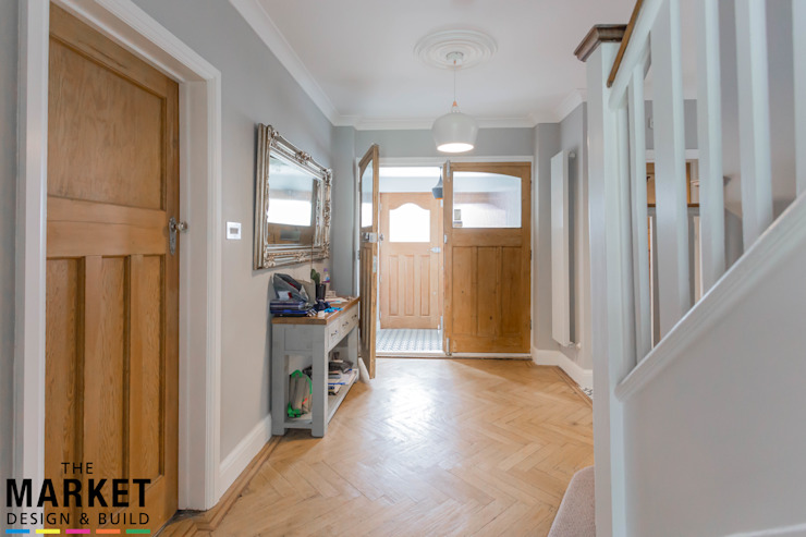 STUNNING NORTH LONDON HOME EXTENSION AND LOFT CONVERSION:  Corridor & hallway by The Market Design & Build,