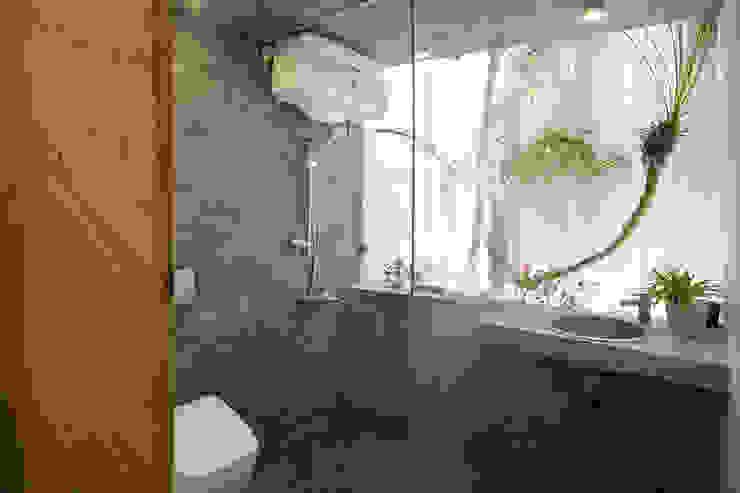 Maison T Phòng tắm phong cách hiện đại bởi NGHIA-ARCHITECT Hiện đại