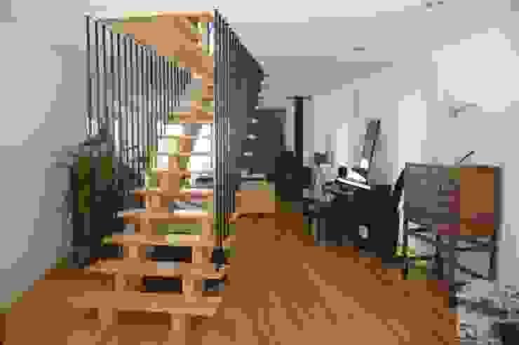 الممر الحديث، المدخل و الدرج من Rusticasa حداثي خشب Wood effect