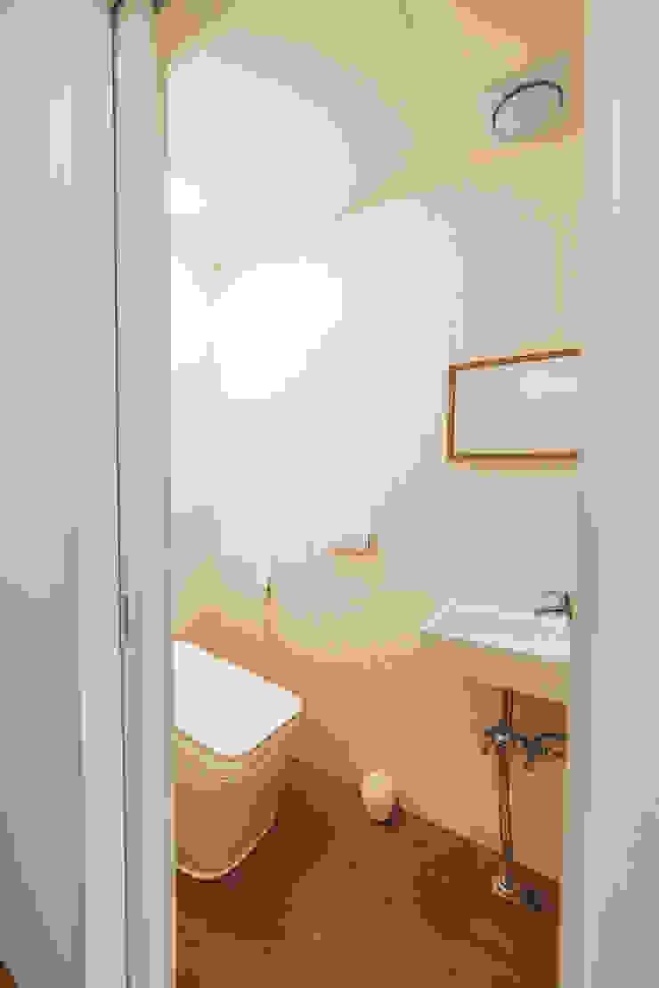 Modern bathroom by AAPA건축사사무소 Modern