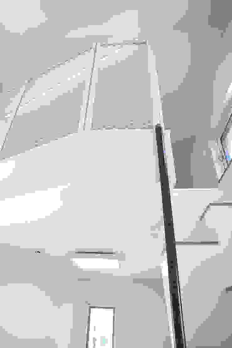 Modern corridor, hallway & stairs by AAPA건축사사무소 Modern