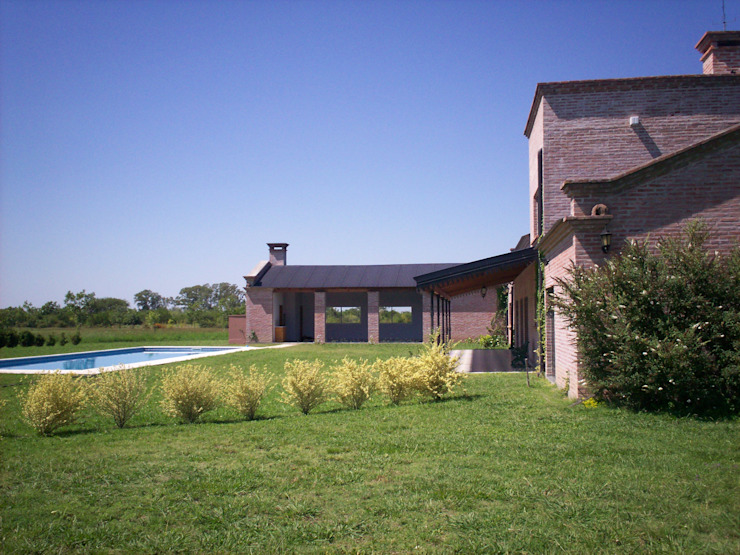 Country style house by Marcelo Manzán Arquitecto Country