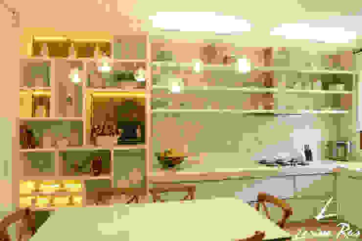 Moderne Küchen von LARISSA REIS ARQUITETURA Modern