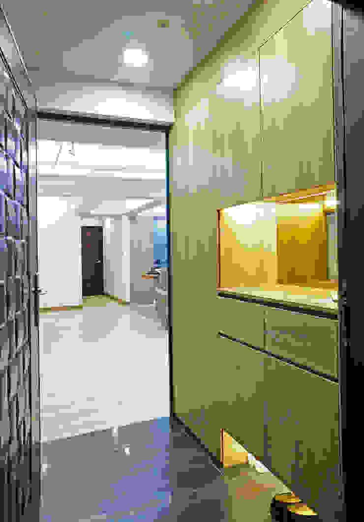 客廳/玄關 現代風玄關、走廊與階梯 根據 ISQ 質の木系統家具 現代風