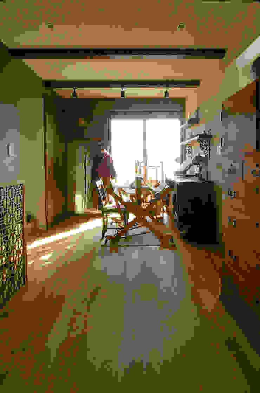 一級建築士事務所アールタイプ Paredes y suelos de estilo moderno Madera Beige
