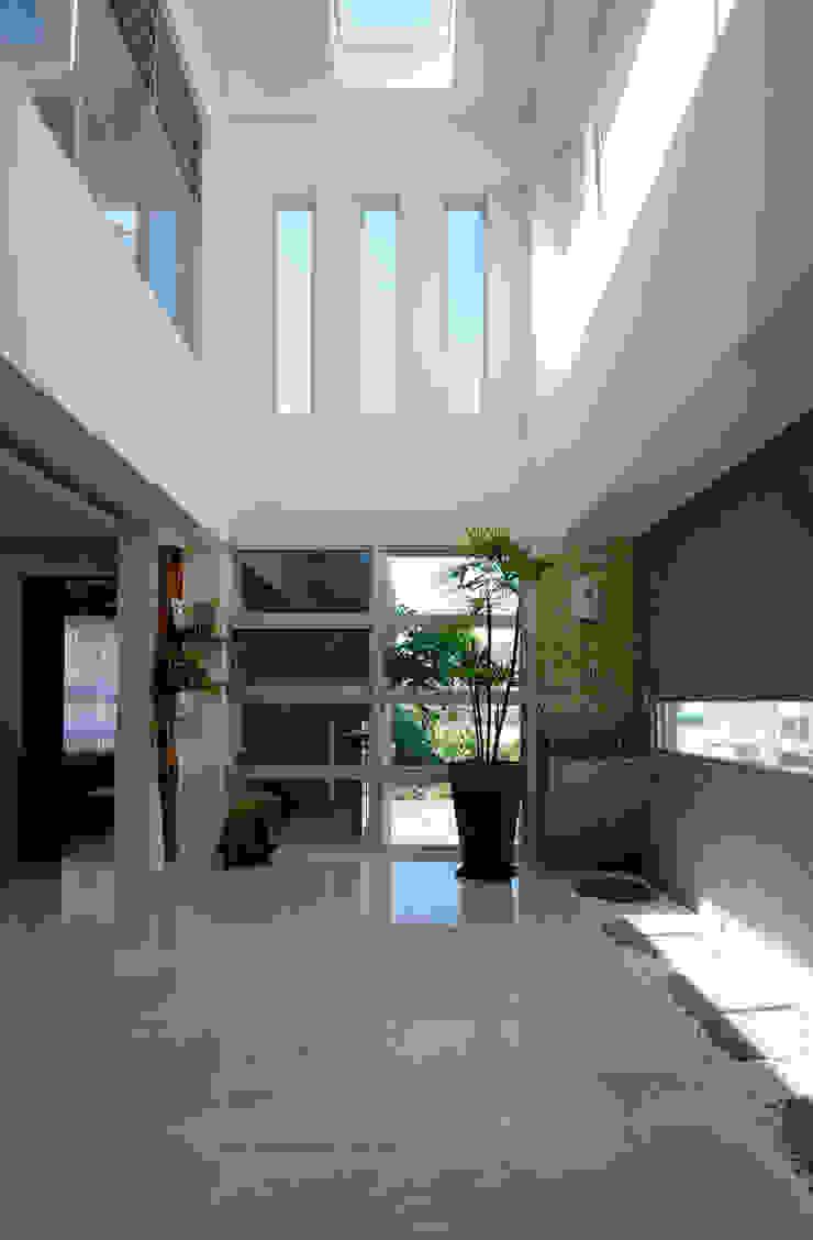 Pasillos, vestíbulos y escaleras modernos de 築青室內裝修有限公司 Moderno