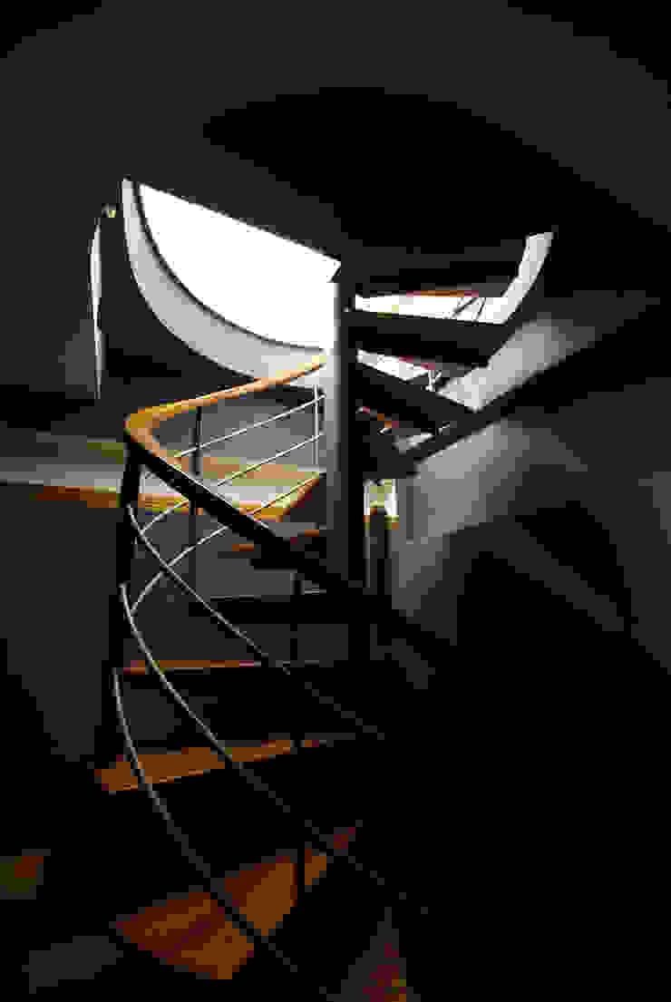 Modern corridor, hallway & stairs by 築青室內裝修有限公司 Modern