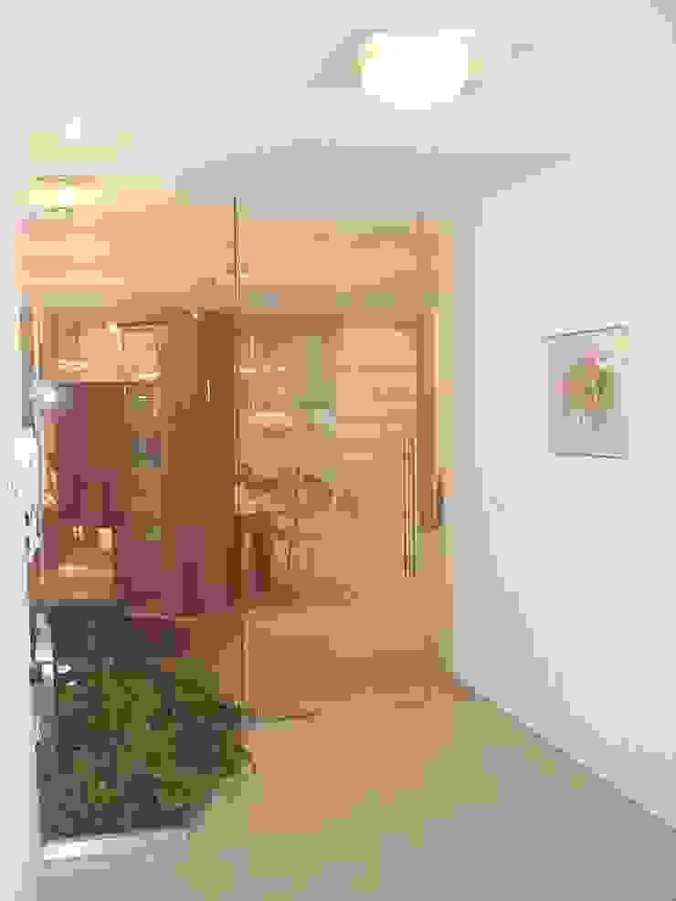 Ing. Christian Weißmann Ges.m.b.H. Pasillos, vestíbulos y escaleras de estilo moderno Vidrio Beige
