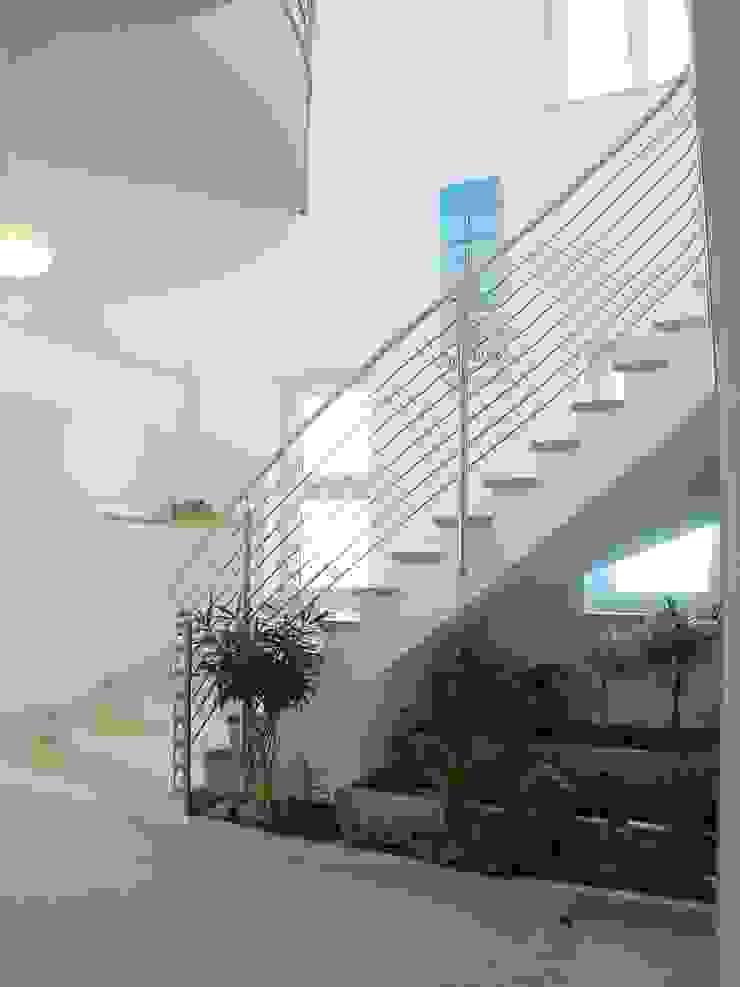 Ing. Christian Weißmann Ges.m.b.H. Pasillos, vestíbulos y escaleras de estilo moderno Blanco