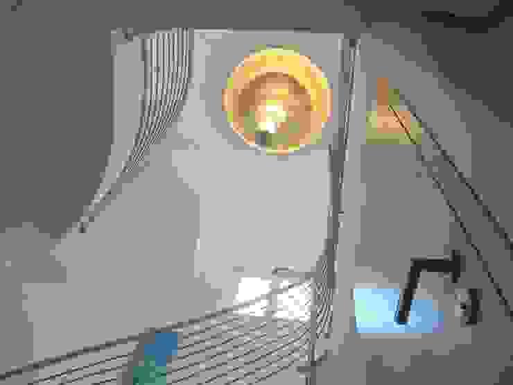 Ing. Christian Weißmann Ges.m.b.H. Pasillos, vestíbulos y escaleras de estilo moderno Metal Blanco