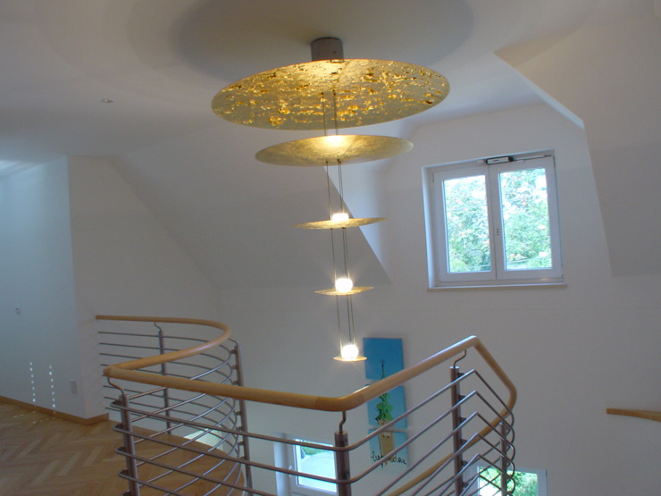 Ing. Christian Weißmann Ges.m.b.H. Pasillos, vestíbulos y escaleras de estilo moderno Plata/Oro Ámbar/Dorado