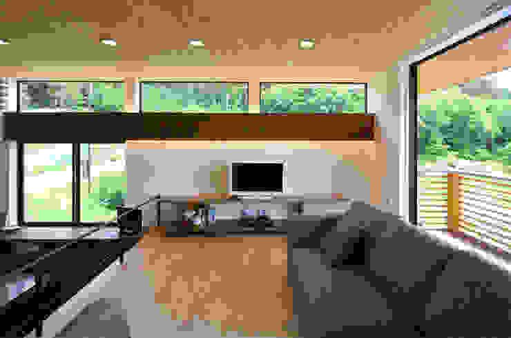 高峰の家 鎌田建築設計室 モダンデザインの リビング