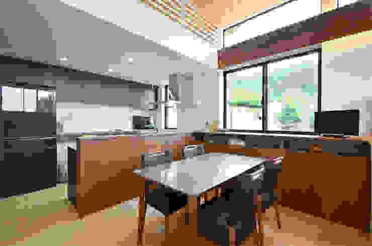 高峰の家 鎌田建築設計室 モダンデザインの ダイニング