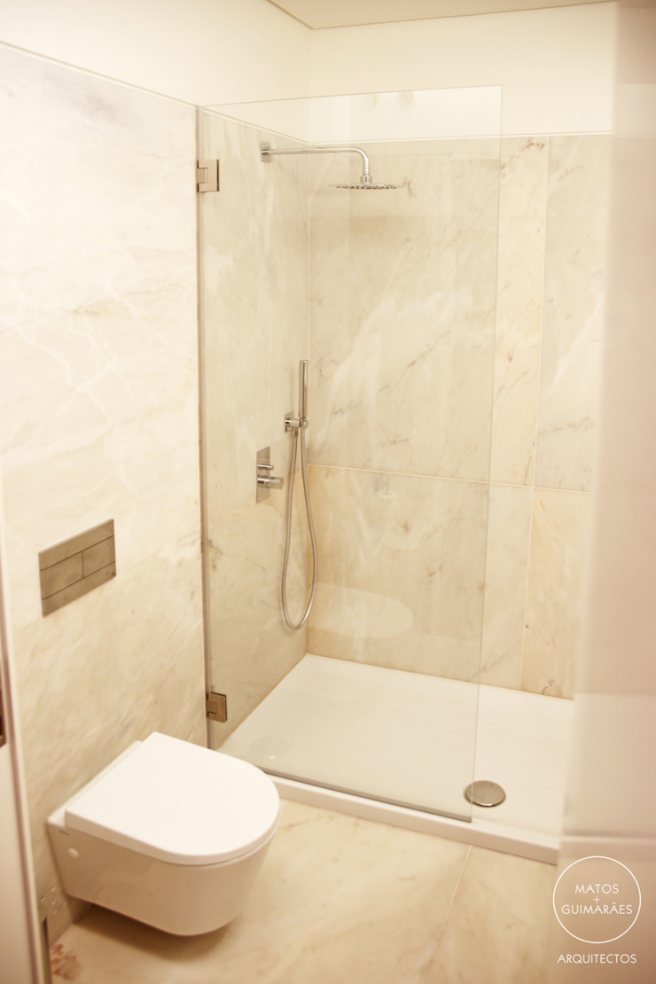 Modern Bathroom by Matos + Guimarães Arquitectos Modern