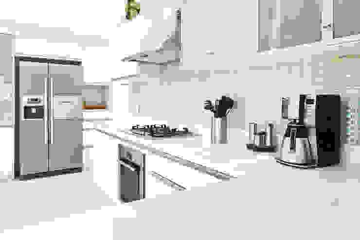 CASA DE PLAYA M.M. Cocinas de estilo moderno de Karím Chaman Arquitectos Moderno