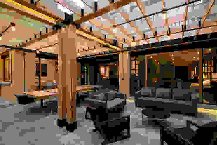 Espacio continuo. Balcones y terrazas modernos: Ideas, imágenes y decoración de DOSA studio Moderno Madera Acabado en madera