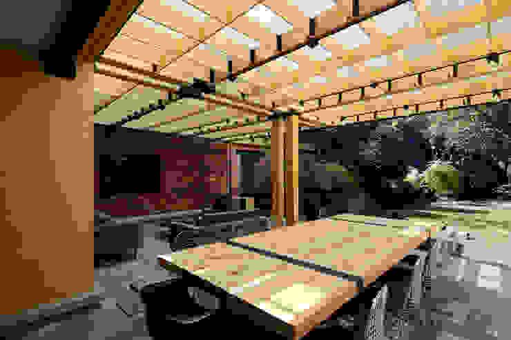Relación Interior - Exterior. Balcones y terrazas modernos: Ideas, imágenes y decoración de DOSA studio Moderno Madera Acabado en madera